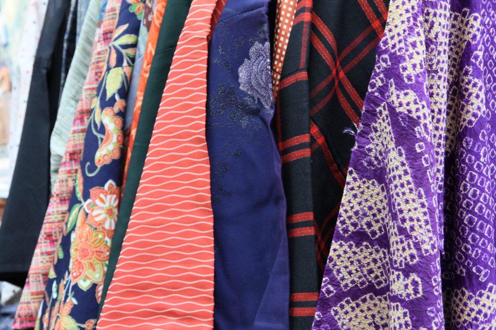 故人の服飾品 状態が良いブランドものであれば、自分で売ってみてはいかがでしょうか?オークションの他、スマホで撮影してすぐに出品ができるネットフリマがいろいろありますので、お試しください。  <img class=