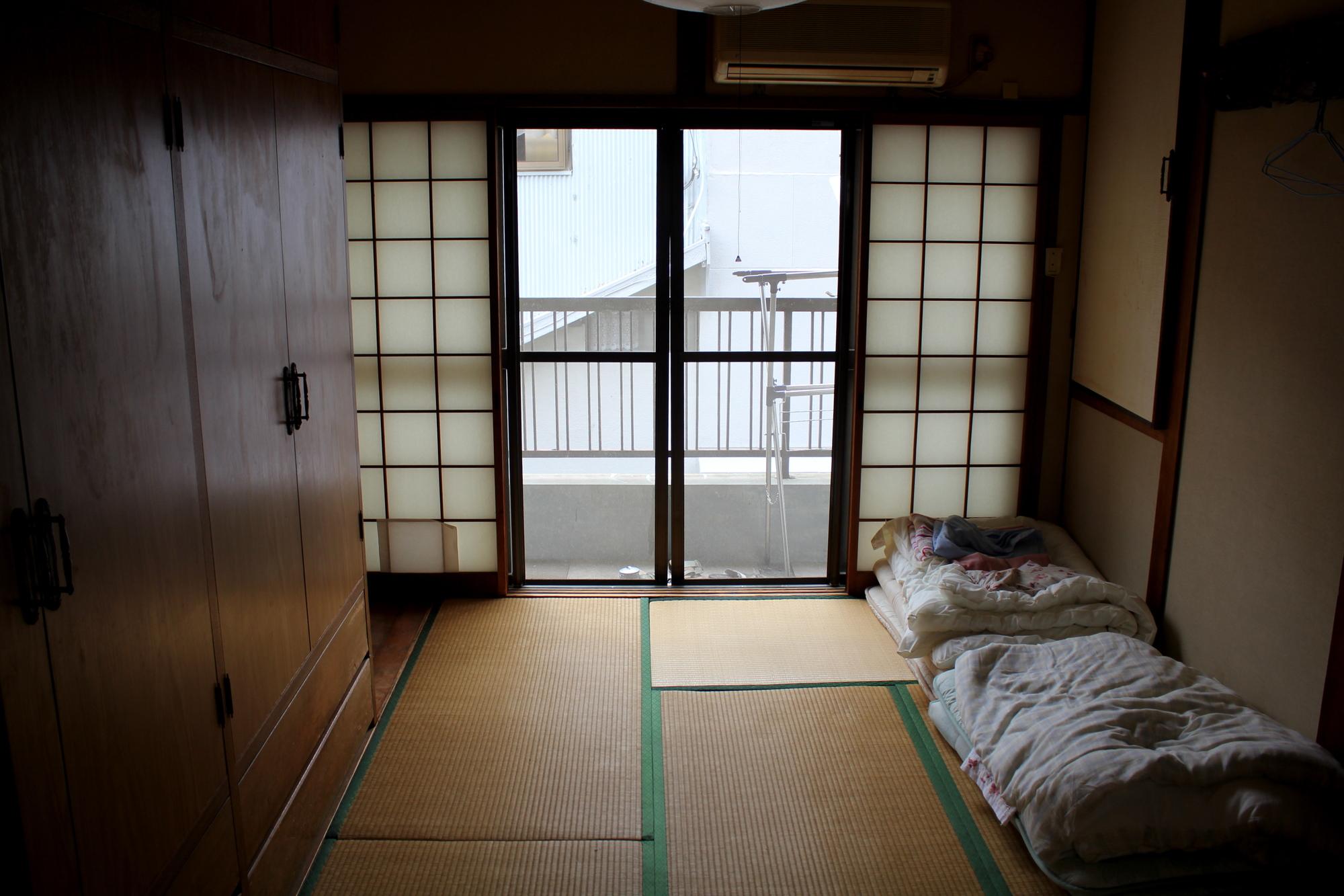 遺品整理を行う実家の寝室の写真