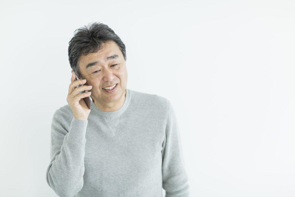 一人暮らしの親に連絡するイメージ