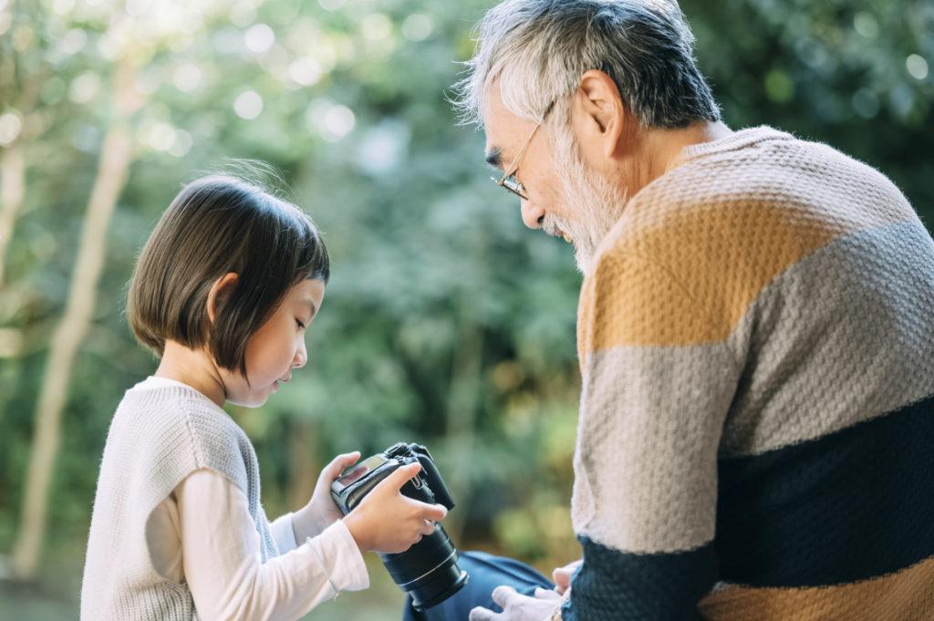 シニア男性と孫の写真